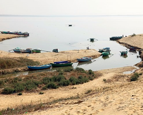 Boats at the southern lake in the Wadi El Rayan - Photo by Roland Unger