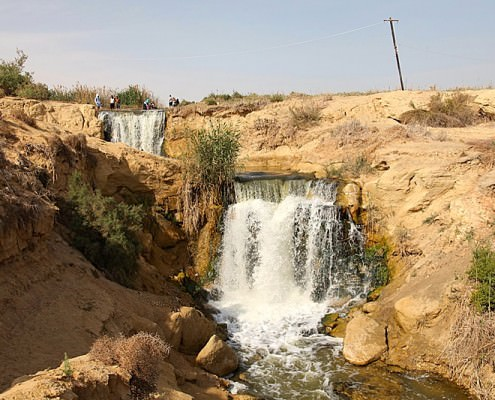 Waterfalls between upper and lower lakes in the Wadi El Rayan - Photo by Roland Unger